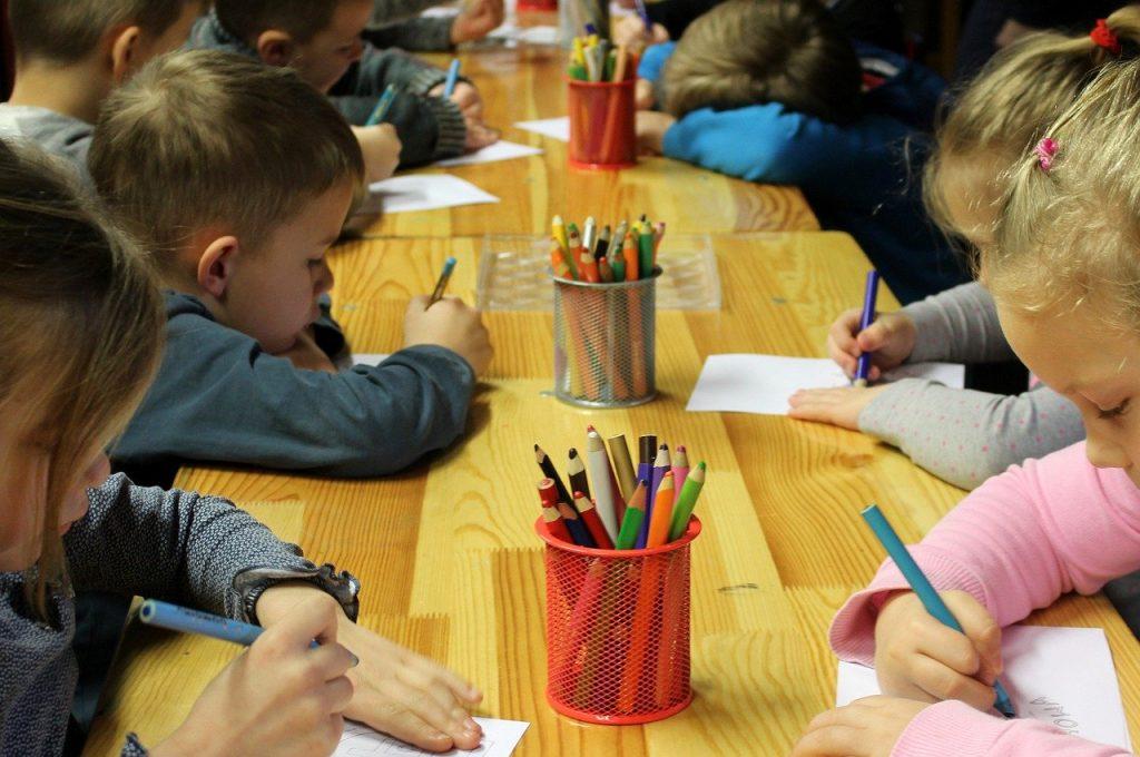 dzieci rysują w przedszkolu