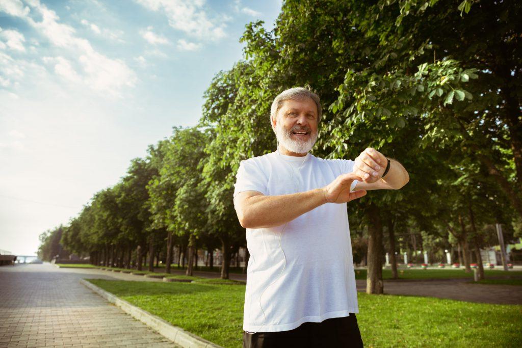 mężczyzna 60 plus uprawiający jogging