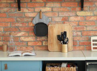 Ściana z cegieł w kuchni. Jak ją zabezpieczyć przed zabrudzeniem?