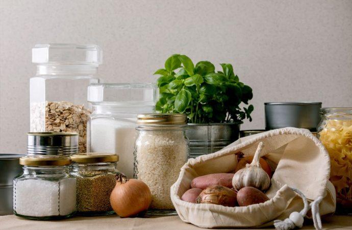 Proste triki na wprowadzenie porządku w przechowywaniu żywności