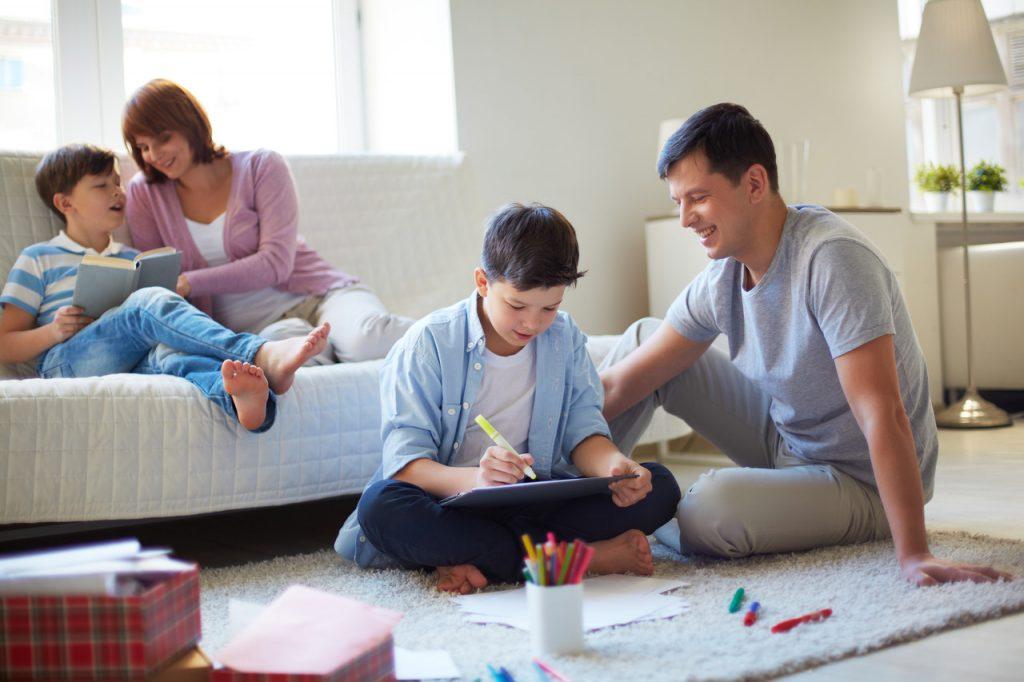 rodzice czytają z dziećmi