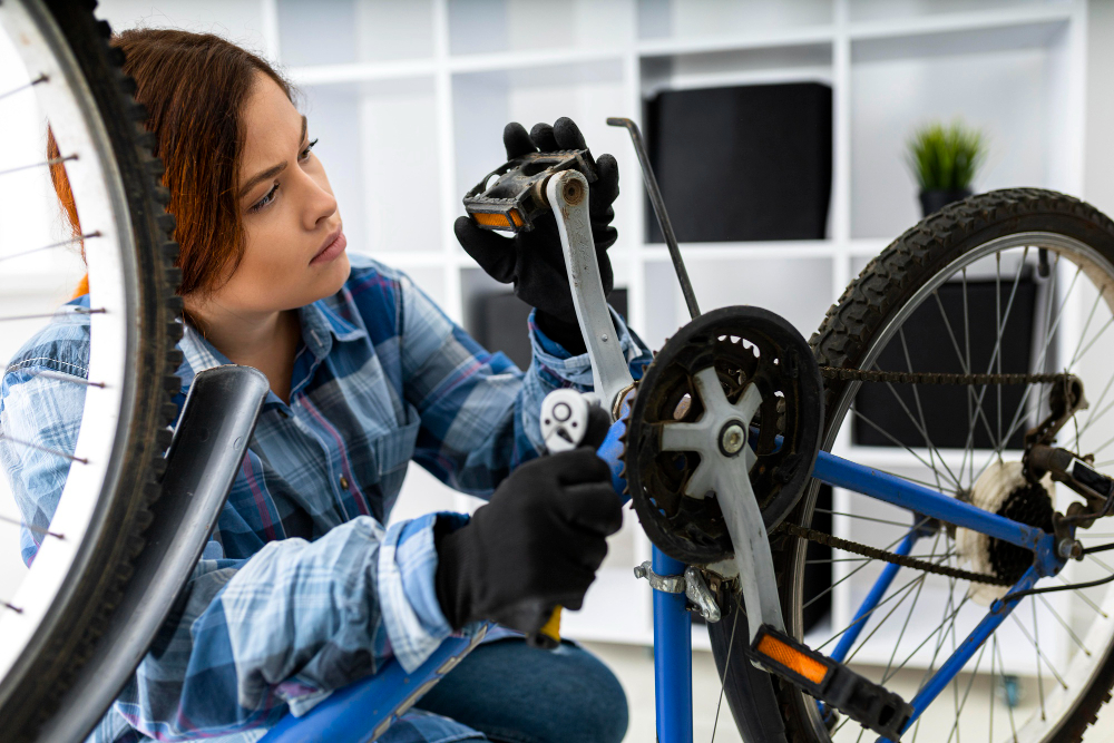 kobieta naprawia rower