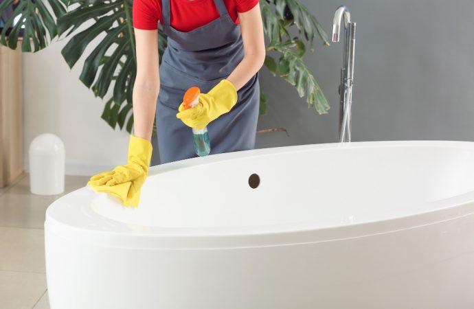 Zacieki na wannie i umywalce – jak je usunąć?